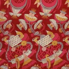 Seidengewebe mit rotem Damastgrund Frankreich oder Italien, 1700–1710 Abegg-Stiftung, Inv. Nr. 255 - Aus einem hellen Körbchen wachsen Pflanzen mit schirmartigen Blüten. Die restlichen Motive lassen sich kaum beschreiben. Kein Wunder also, dass Stoffe mit solchen Mustern heutzutage als «bizarre Seiden» bezeichnet werden. ©Abegg-Stiftung, CH-3132 Riggisberg (Foto: Christoph von Viràg)