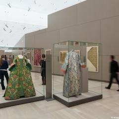 Gewänder und Stoffe des 18. Jahrhunderts in der Dauerausstellung (mit Besuchern), @ Abegg-Stiftung, CH-Riggisberg (Photo: Christof von Viràg)