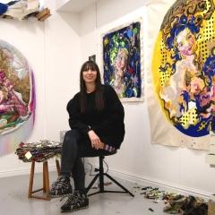 Die Künstlerin in ihrem Studio