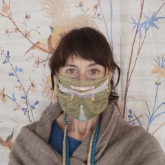 Kathrin ausm Arbeitszimmer mit K.Li Maskita beschn.
