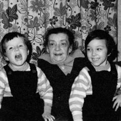 Martina und ihre Schwester mit der Oma
