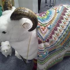 Schaf mit ausgeklügelter Häkeldecke