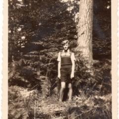 Willi mit kurzer Hose und Pullunder